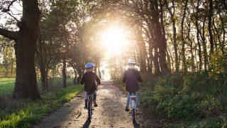 安全に自転車を漕ぐ親子