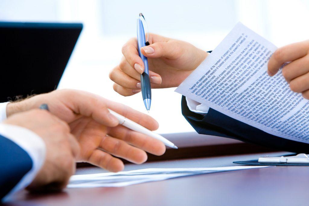 2人の手と書類