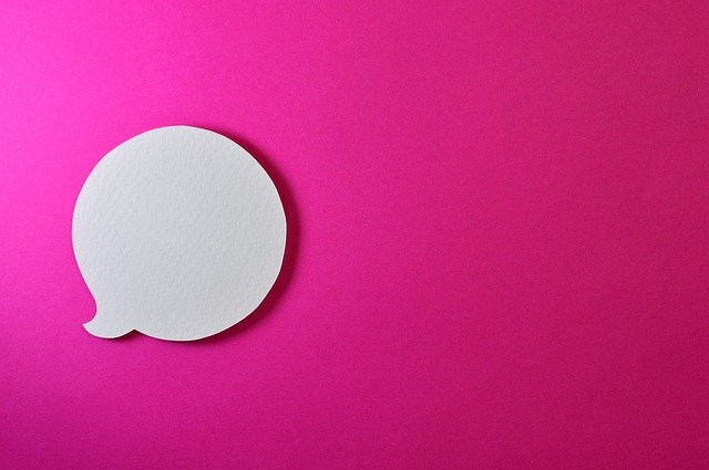 ピンクの背景に白い吹き出し