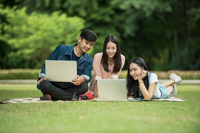 パソコンを覗き込む学生