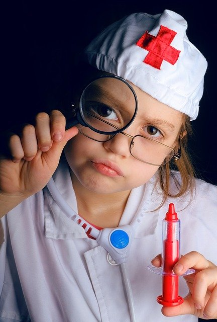 看護師の格好をした子ども